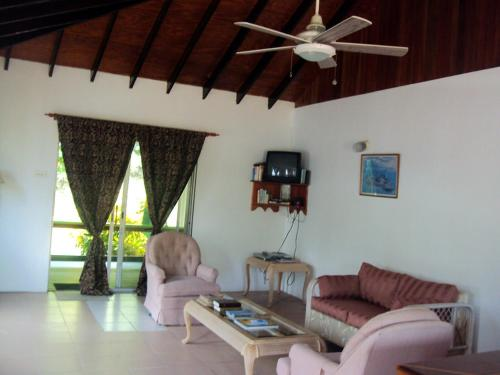 http://www.booking.com/hotel/vc/friendship-garden-apartments-bequia.html?aid=1728672